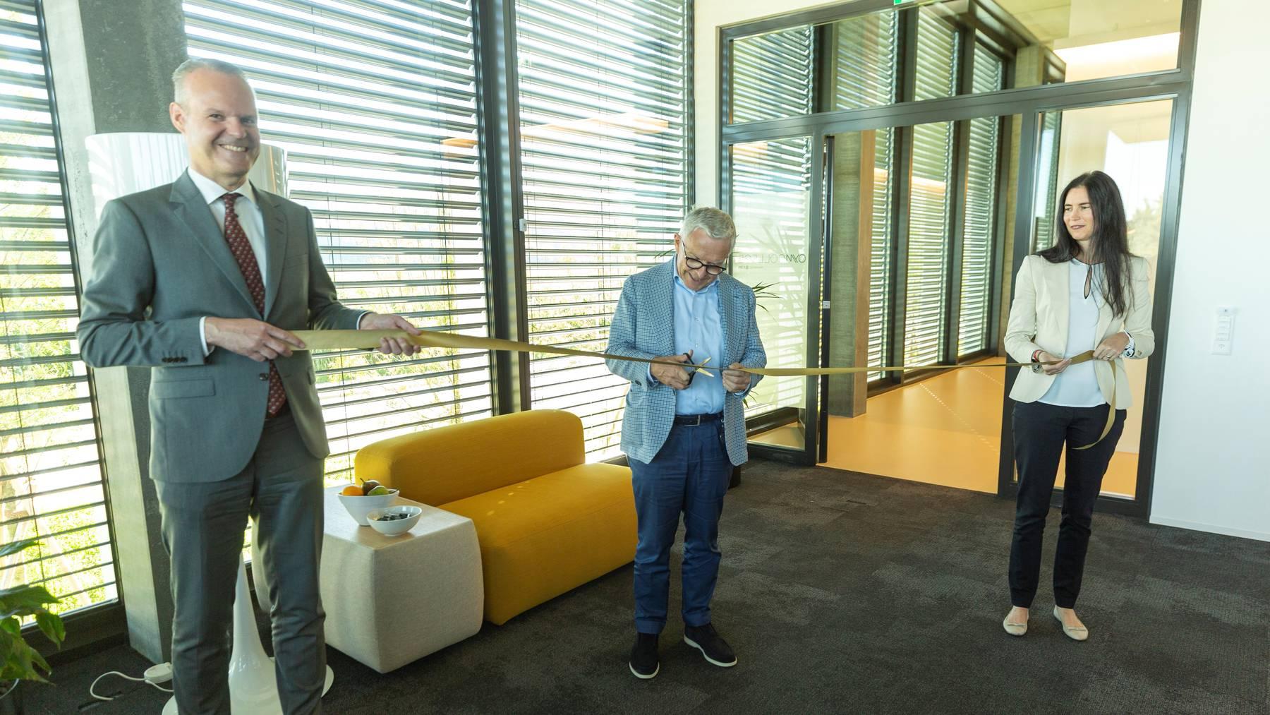 Bild der Eröffnung. Stephan Schleiss (Bildungsdirektor und Landamman), HP Strebel Bauherr und Initiant des OYM, Claudia Gasser (Vertreterin UBS)