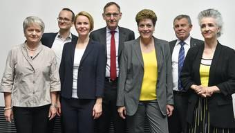 Der Zürcher Regierungsrat mit den Neugewählten Martin Neukom (Grüne, 2. v.l.) und Natalie Rickli (SVP, 3. v.l.)