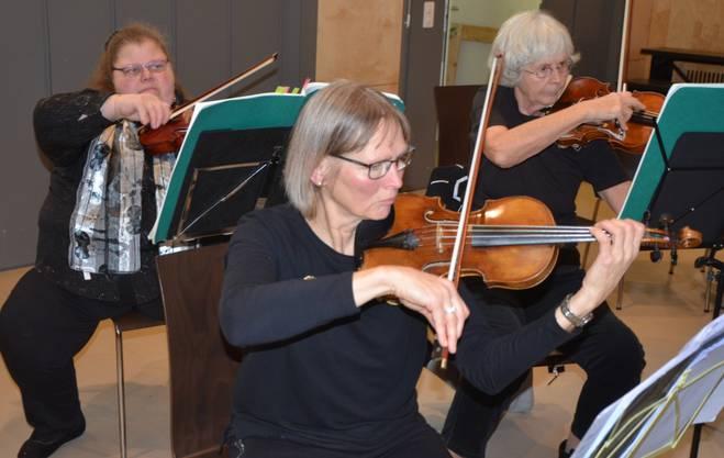 Geigen: Manuela, Marianne K. und Marianne B.