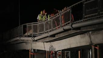 Mitten in der Nacht ist die beschädigte Fussgängerbrücke über die Autobahn zwischen Vevey und Montreux abgebrochen worden.