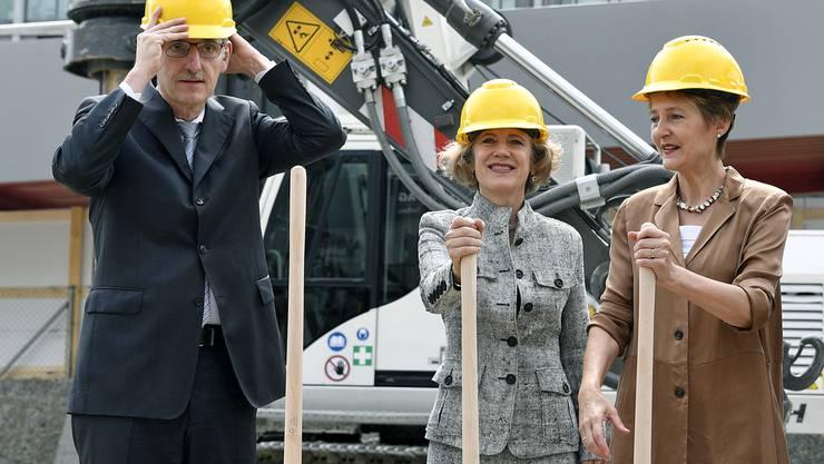 Zufriedene Genossen: Bundesrätin Sommaruga, Stadtpräsidentin Mauch und Regierungsrat Fehr (v.r.) beim Spatenstich.