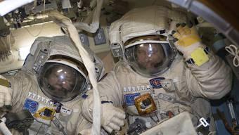 Die Kosmonauten Alexander Missurkin (l.) und Anton Schkaplerow bei der Arbeit in der ISS. In ihrer Freizeit spielen die Raumfahrer gerne Badminton. (Archivbild)
