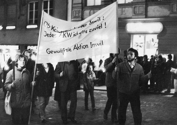 """Mit einem Fackelmarsch demonstriert am 12. Februar 1982 die """"Gewaltfreie Aktion Inwil"""" (GAI) in Luzern gegen das geplante Atomkraftwerk Kaiseraugst und das AKW-Projekt Inwil (LU)"""