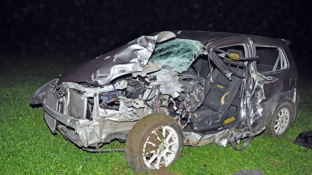 Das Auto kollidierte frontal mit einem überbreiten Anhänger.