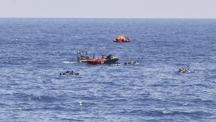 Dramatische Szenen: Die Flüchtlinge treiben im offenen Meer.