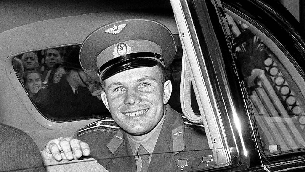 ARCHIV - Kosmonaut Juri Gagarin im Juli 1961 nach einem Mittagessen mit Königin Elizabeth II. Foto: Brian Calvert/AP/dpa