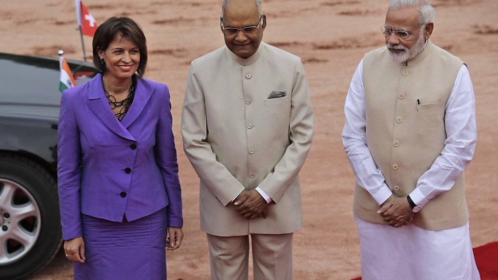 Bundespräsidentin Doris Leuthard wird in Neu Delhi empfangen von Indiens Präsident Ram Nath Kovind (m) und Regierungschef Narendra Modi (r).