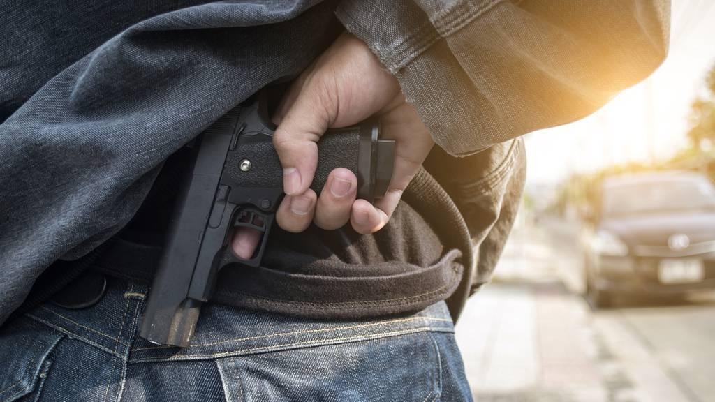 Schüsse bei Tankstelle – 19-Jähriger am Hals verletzt