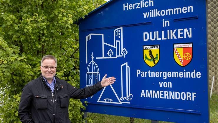 Gemeindepräsident Walter Rhiner vor dem Begrüssungsschild am Ortseingang von Dulliken, das auf die Partnerschaft mit Ammerndorf hinweist