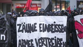 """Militante Militärgegner rüsten sich gestern in Basel zum """"Angriff"""" gegen die Truppenübung """"CONEX 15"""" (Archiv)."""