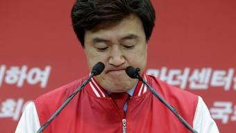 Saenuri-Parteisprecher Ahn Hyung-Hwan muss den Verlust der Mehrheit bekannt geben.