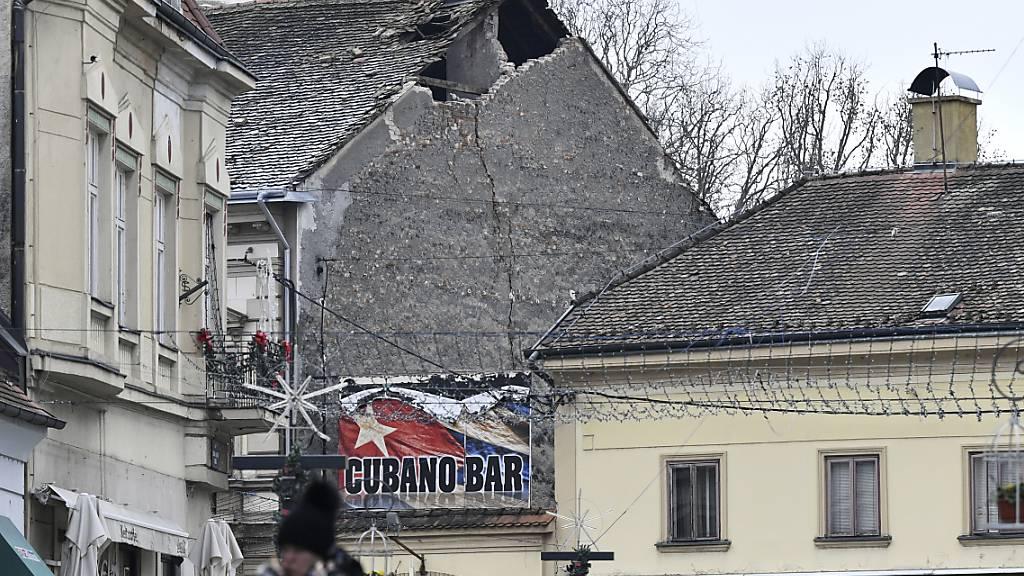 dpatopbilder - Ein durch ein Erdbeben beschädigtes Dach in Sisak. Erneut wurde Kroatien von einem Erdbeben erschüttert. Foto: --/AP/dpa