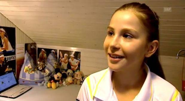 Die elfjährige Belinda Bencic zeigt SRF ihr Kinderzimmer mit den Hingis-Posters.