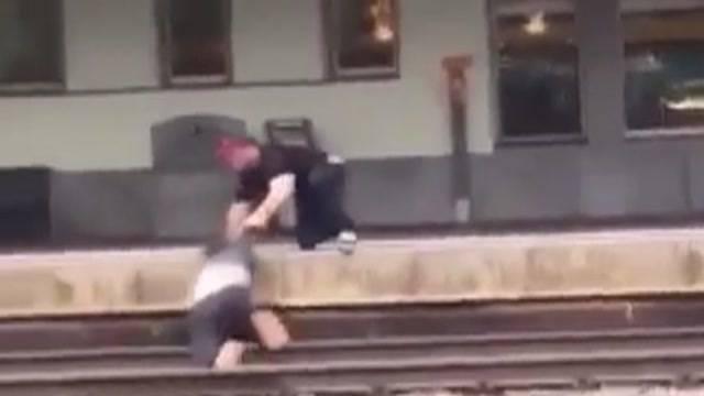 Bei Zugeinfahrt auf Gleise geworfen