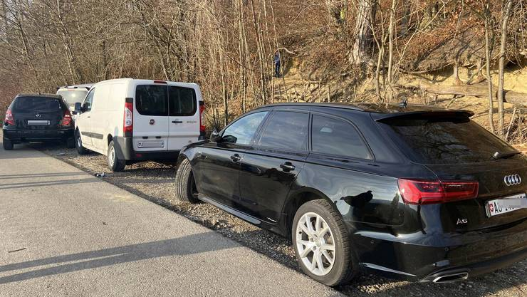 Der Mercedes verursachte an drei Autos viel Schaden.