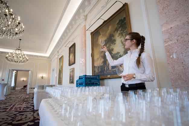 Bei einem Apéro soll künftig Hahnenwasser anstatt Mineral und lokaler Bio-Wein ausgeschenkt werden. Ob sich Veranstalter wie das Bürgenstock Resort an Vorgaben des Bundes halten werden? (Symbolbild: Urs Flüeler/Keystone)
