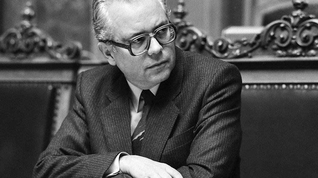 Der Sozialdemokrat Walter Buser (1926-2019) als Bundeskanzler während der Winteression im Nationalrat 1985. (Archivbild)