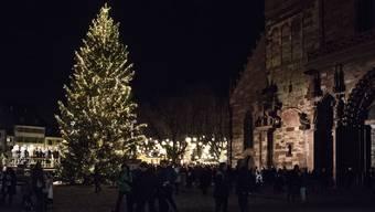 Münsterplatz: Elisabeth Ackermann entzündet die Weihnachtsbeleuchtung. Photo by Roland Schmid