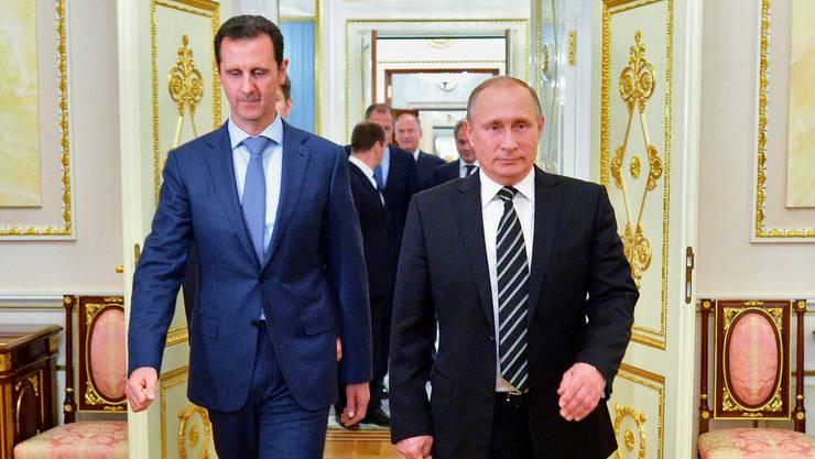 Der russische Präsident Wladimir Putin (r) gemeinsam mit Bashar al-Assad: Wie lange stützt der Kremlchef den syrischen Machthaber noch?