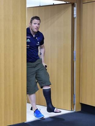 An Krücken vor die Medien: Glarner nach seinem schweren Unfall.