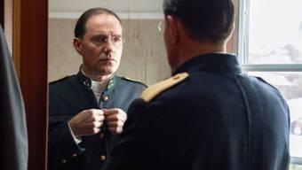 """Der Berner Schauspieler Stefan Kurt - hier in """"Akte Grüninger"""" - wurde von Steven Spielberg persönlich dazu auserwählt, den sanften Riesen in """"The BFG"""" auf deutsch zu sprechen. (Bild SRF)"""