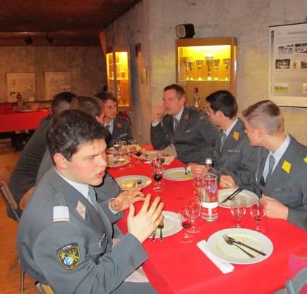 Gemütliche Runde an einem Tisch beim gemeinsamen Abendessen