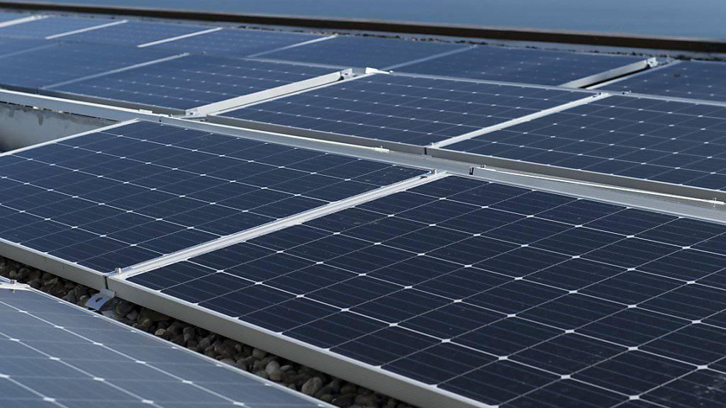 Die Betreiber grosser Solaranlagen müssen künftig etwas weniger lang auf Fördermittel des Bundes warten. (Archivbild)