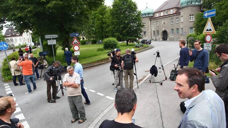 Die Journalisten warten schon ungeduldig auf die Ankunft des ehemaligen Bayern-Moguls