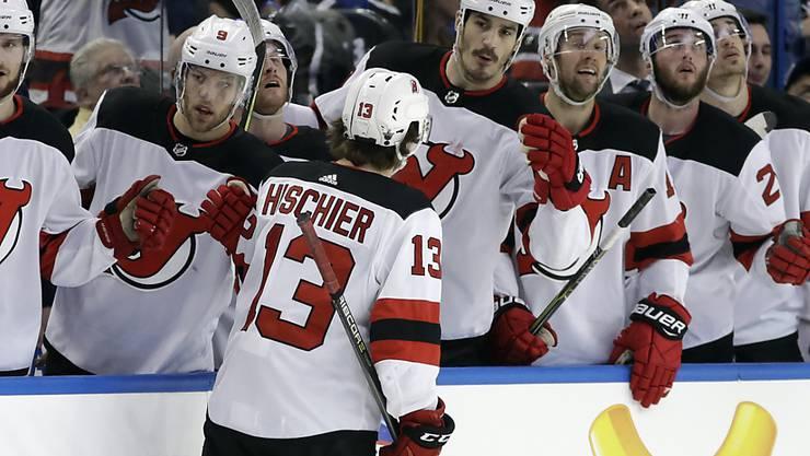 Die New Jersey Devils feiern Nico Hischiers erstes Playoff-Tor zum zwischenzeitlichen 1:1-Ausgleich gegen Tampa Bay Lightning