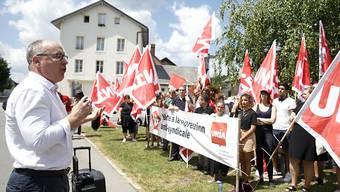 SGB-Präsident Pierre-Yves Maillard unterstützt die Unia-Demonstranten in Le Lieu VD, welche die Wiedereinstellung eines Gewerkschaftsdelegierten fordern.
