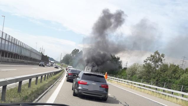 Aufgrund des Lieferwagen-Brandes kam es zu Verkehrsbehinderungen.