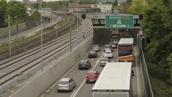 Die Kosten für die Schallschutzwände, Verkleidungen und den lärmmindernden Strassenbelag entlang der Osttangente belaufen sich gemäss Astra auf rund 4,8 Millionen Franken.