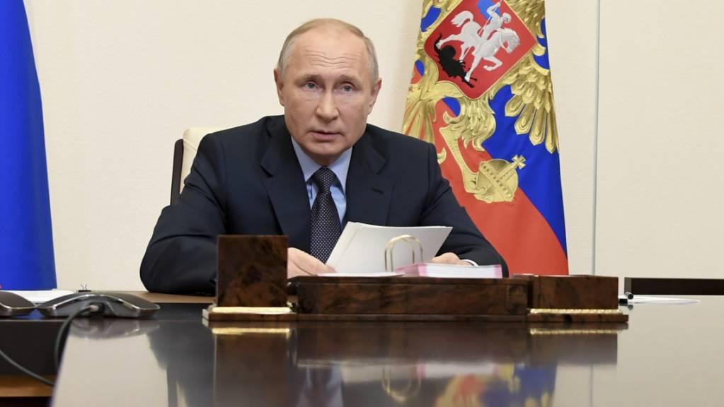 Russlands Impfstoff mit den Namen «Sputnik V» wurde schon vor Beginn der - inzwischen gestarteten - Phase III klinischer Studien genehmigt. Präsident Wladimir Putin hatte mehrfach betont, der Wirkstoff sei effektiv und ungefährlich. Foto: Alexei Nikolsky/Pool Sputnik Kremlin/AP/dpa