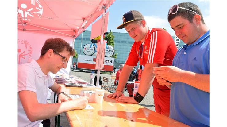 Alle sind zufrieden: Simon Ammann verteilt fleissig Autogramme.