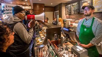 Starbucks bleibt am Nachmittag geschlossen: Die Mitarbeiter erhalten Anti-Rassismus-Nachhilfe