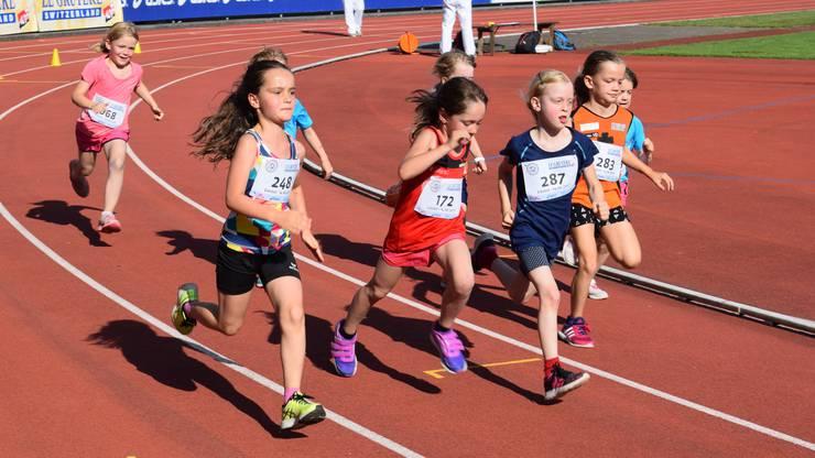 Die Mädchen nehmen die zweieinhalb Bahnrunden in Angriff.