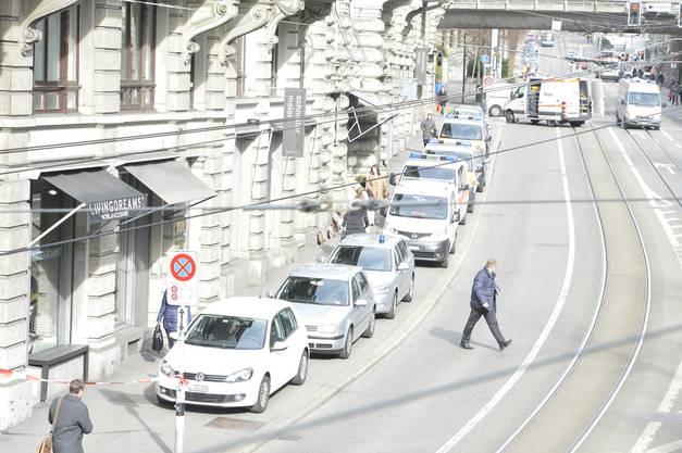 Eine grosse Anzahl Polizeifahrzeuge trag am Überfallort ein.