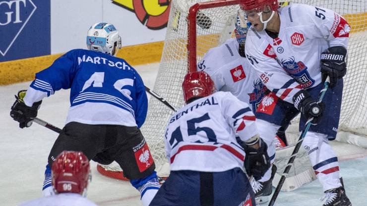 Lino Martschini (links) erreicht mit Zug in der Champions Hockey League vorzeitig die Achtelfinals