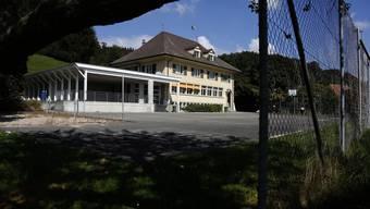 Im Schulhaus Aetingen mit Anbau sollen neun Wohnungen entstehen.