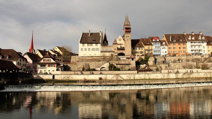 Links sieht man den Turm der katholischen Stadtkirche, in der Mitte (weisses Gebäude mit Treppengiebeln) den Muri-Amthof, das frühere Amtshaus des Klosters Muri.