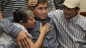 José Salvador Alvarenga (m.) mit Eltern in San Salvador