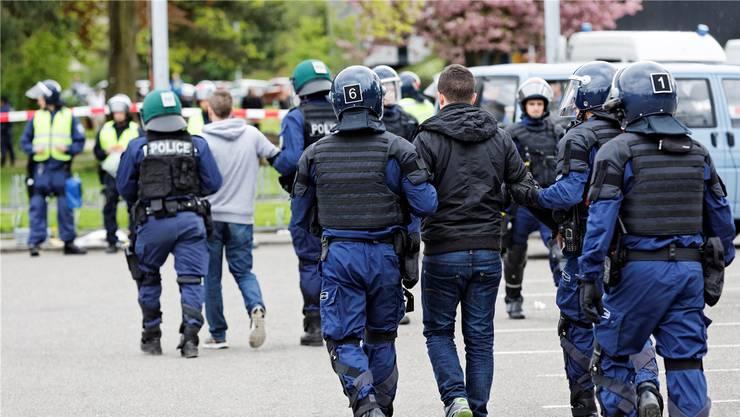 Polizeieinsatz gegen Fussballfans: Wer sich vermummt, um sich der Strafverfolgung zu entziehen, wird im Aargau künftig gebüsst.