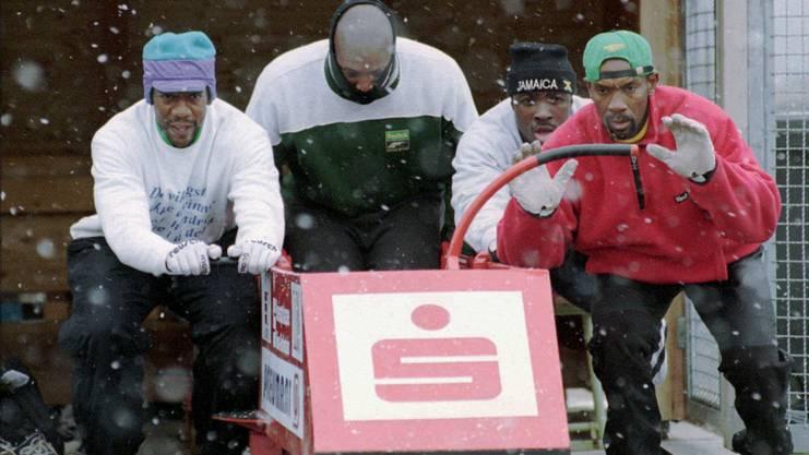 Das Olympiateam Jamaica fuer den Viererbob-Wettbewerb mit Pilot Dudley Stokes, rechts, Winston Watt, 2. rechts, Nelson Stoke, 2. von links, und Wayne Thomas, links, trainieren am Mittwoch, 21.Jan.1998, auf der Anschubstrecke in Riesa.