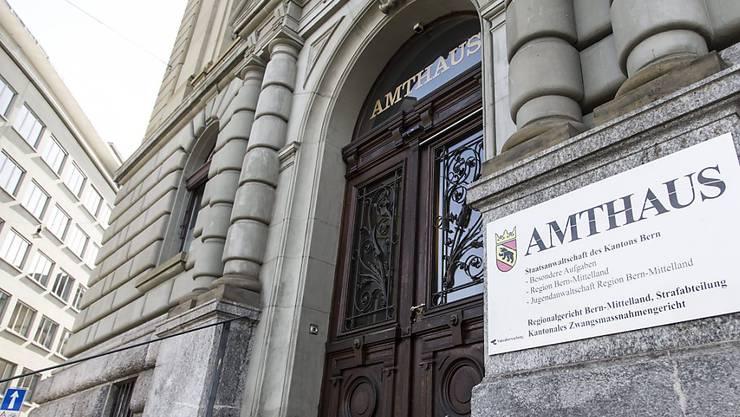 Im Berner Amthaus ist am Freitag ein Reitstallbetreiber und ehemaliger CVP-Politiker wegen gewerbsmässigen Betrugs und Urkundenfälschung verurteilt worden.  Der Mann musste sich vor dem Wirtschaftsstrafgericht verantworten.