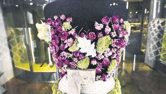 Korsagen aus regionalen Naturmaterialien symbolisieren Vergänglichkeit. Juri Junkov