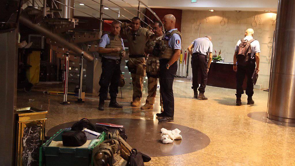 Französische Sicherheitskräfte in der Lobby des Luxushotels in Bamako nach der Geiselnahme. (Archivbild)