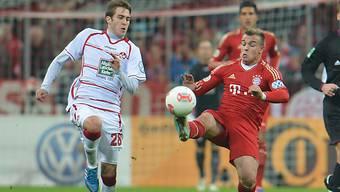 Der Bayern-Schweizer Shaqiri kämpft gegen Lauterns Badstuber.