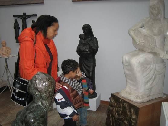 Besucher im Atelier des verstorbenen Künstler Walter Huser.