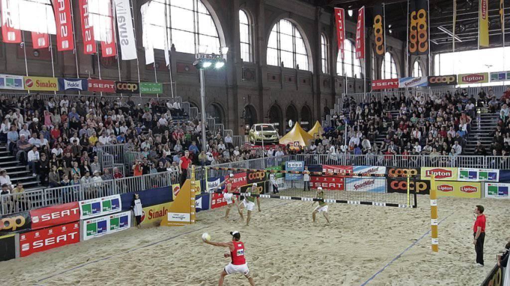 Von Donnerstag bis Sonntag ist in der grossen Halle des Zürcher Hauptbahnhofs Beachvolleyball Trumpf
