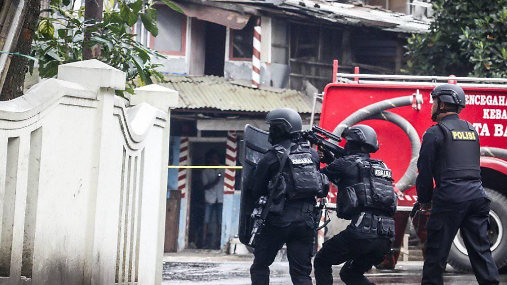 Polizisten liefern sich einen Schusswechsel mit dem mutmasslichen Täter.